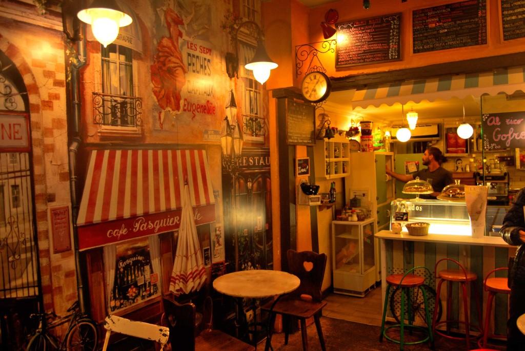 Interior en la Creperie La Rue.