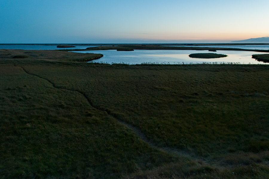 Sinuosas formas en Höfn, Islandia
