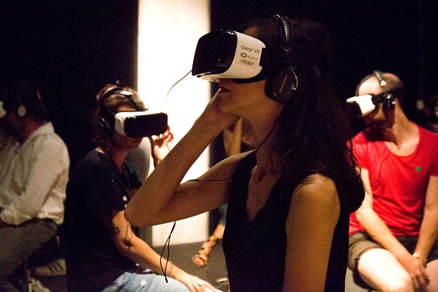 Experiencia inmersiva con gafas Samsung en el CCCB Barcelona. Foto de Santiago Felipe.