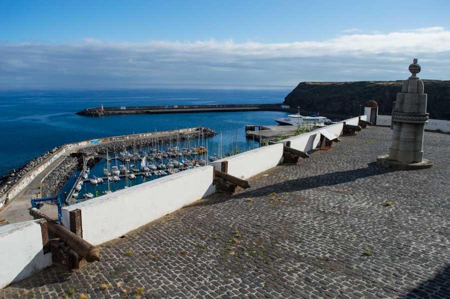 El puerto de la isla de Santa Maria y su marina