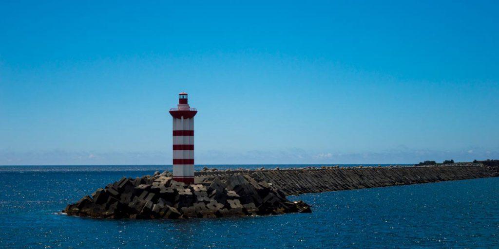 Faro a la entrada de Praia Victoria en Terceira