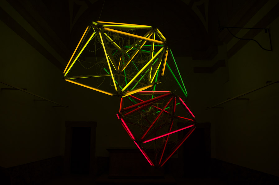 El Festival LEV imvade también el centro de Gijón con obras como esta, en el interior de una capilla