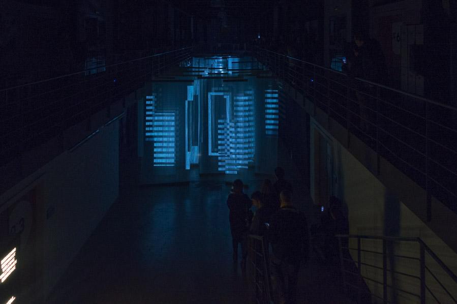 Bau propone una proyección de electrónica visual rompedora, Umbrasutura