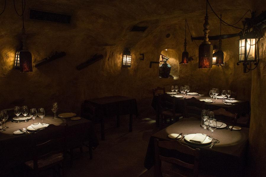 Las cuevas tematizadas del sótano del Restaurante Ciudadela de Gijón