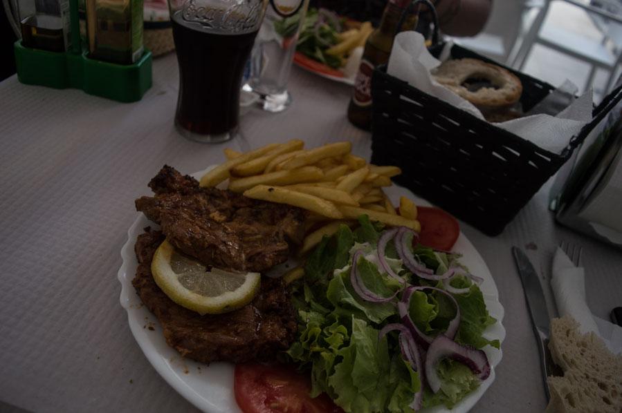 Incluso el restaurante más sencillo te ofrece un buen plato combinado, por menos de 10€ es fácil comer y beber a mediodía en toda la isla