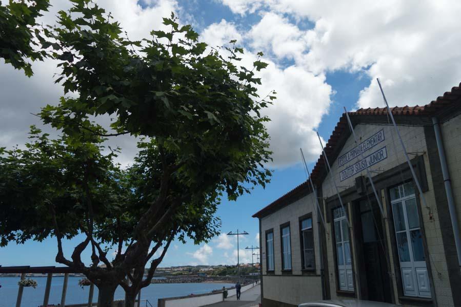 La playa de Praia Victoria queda a un salto del centro, un paseo muy agradable nada más llegar a Terceira