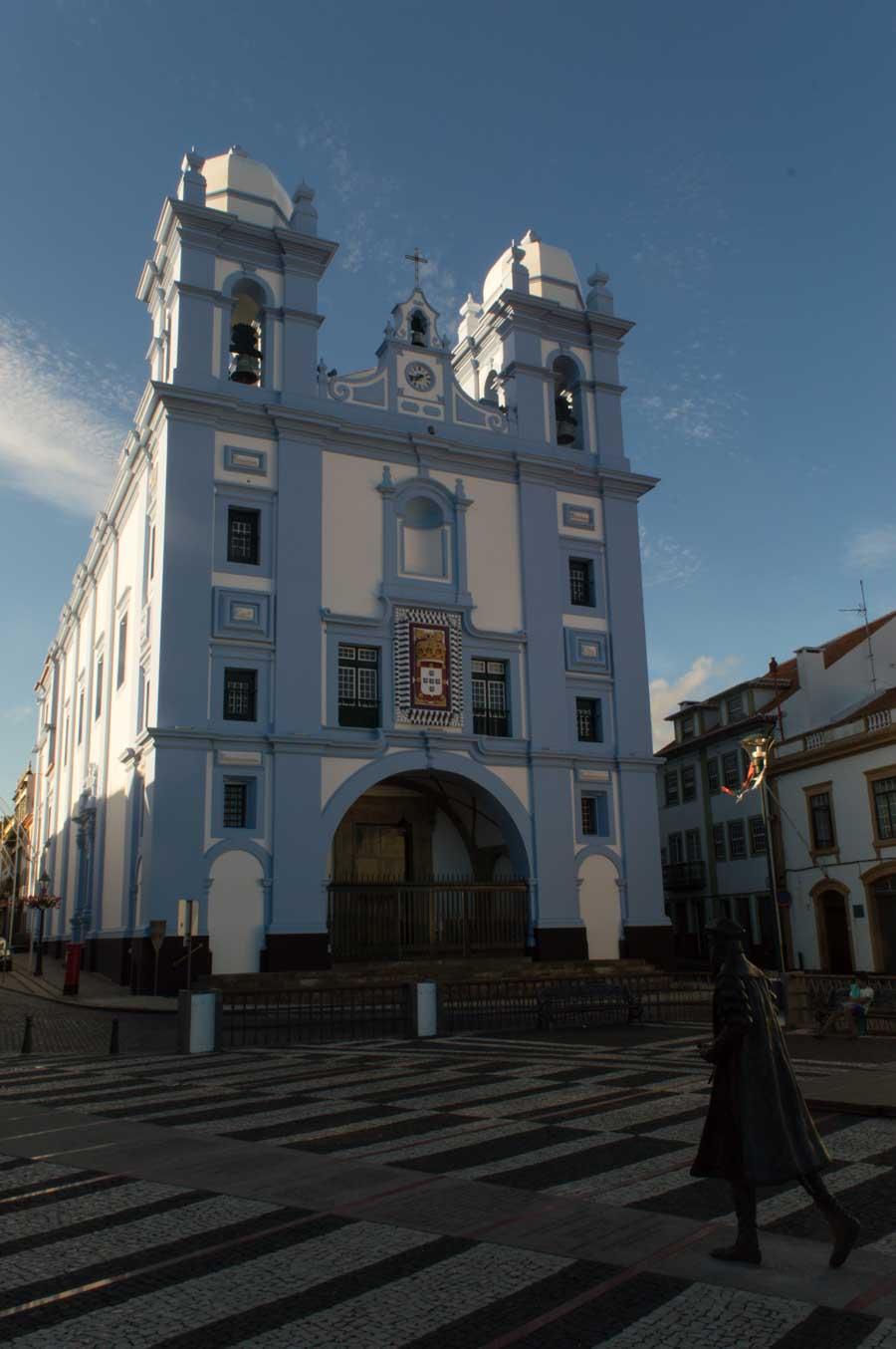 Uno de los paseos más interesantes es desde la plaza central hasta el muelle, donde te encuentras la Iglesia de la Misericordia