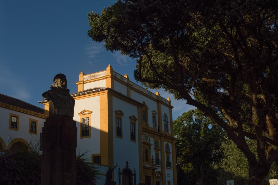 Igreja de Nossa Senhora do Carmo configura otra de las fantásticas plazas de Angra do Heroismo, donde disfrutar de las agradables tardes atlánticas