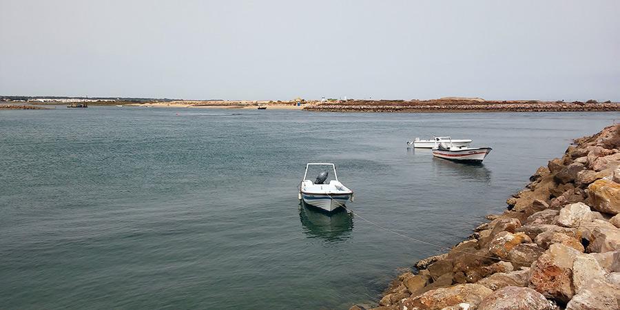 La tranquilidad de la Isla de Tavira se respira ya de camino en el barco que te lleva en unos minutos