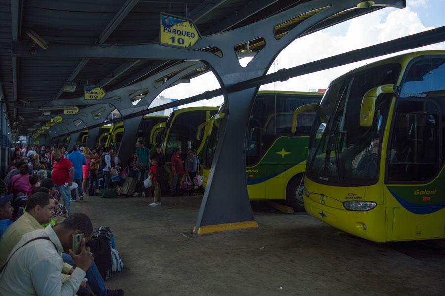 Autobuses de Caribe Tours en la terminal de Santo Domingo