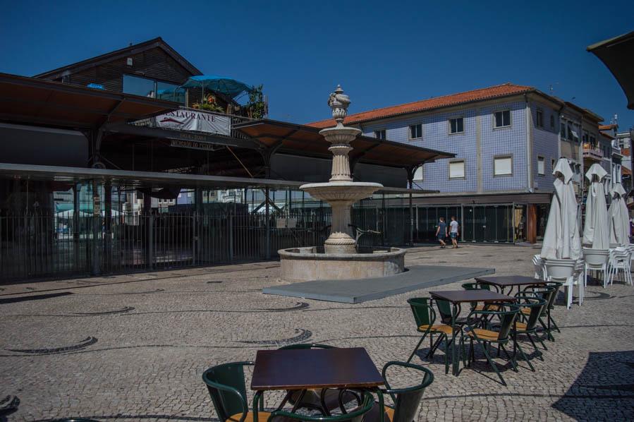 La Praça do Peixe es la puerta de acceso a algunos de los Moliceiros que recorren los canales de Aveiro.