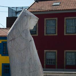 Una escultura contemporánea en frente de la Capela de São Gonçalinho