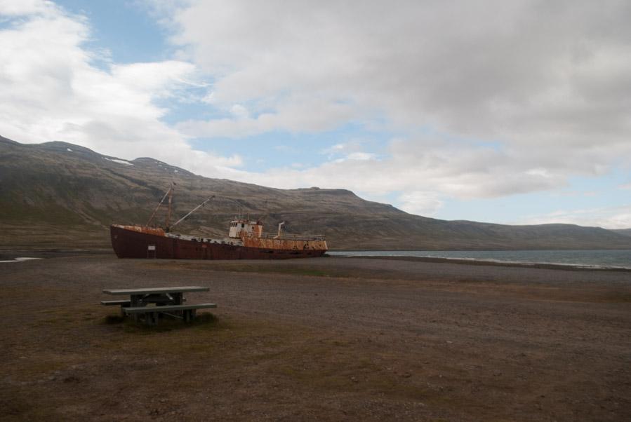 El barco de acero en Skápadalur es uno de los elementos más pintorescos de los fiordos del oeste de Islandia