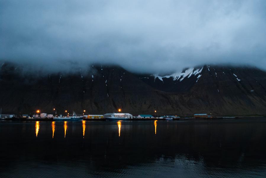 Ísafjörður, capital de los Westfjords, de noche