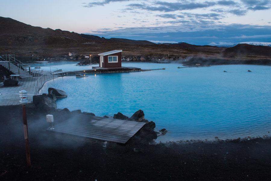 Baños termales con sol de medianoche en Islandia