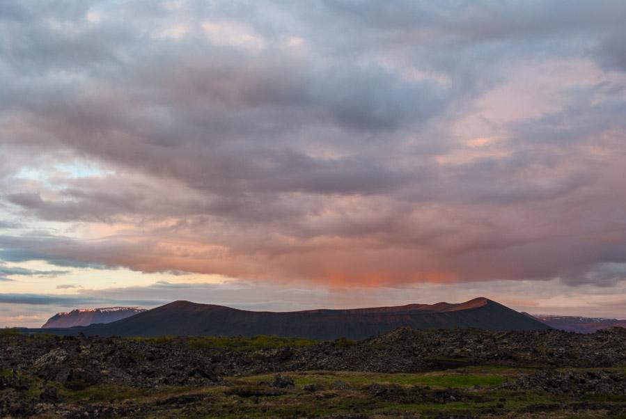 Sol de medianoche sobre el volcán de Hverfjall, Islandia