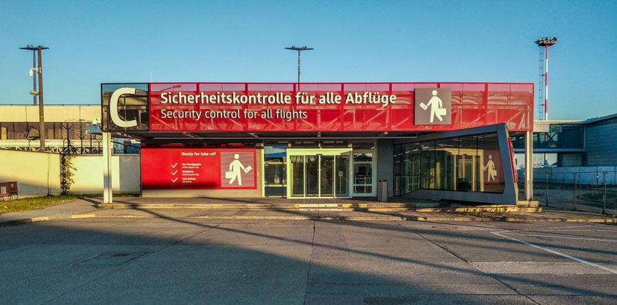 Atajo para pasajeros solo con equipaje de mano en Berlín Schönefeld