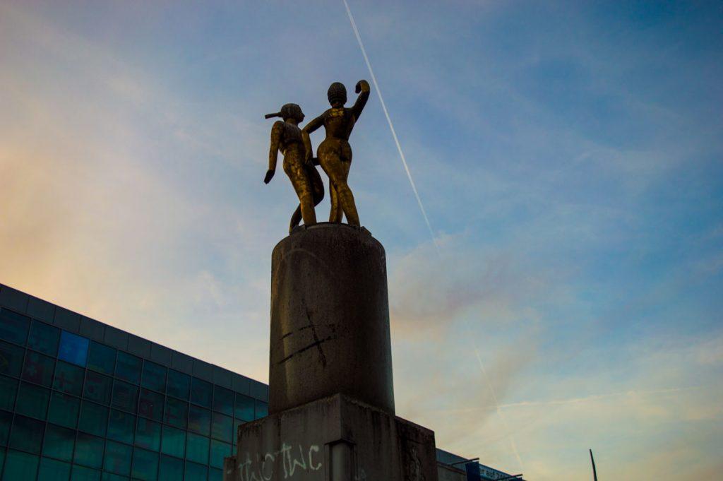 Escultura de los bailarines en Hermannplatz