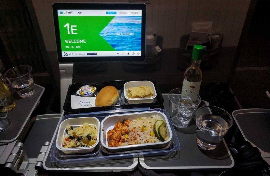 Comida principal viajando en Turista Premium de LEVEL.