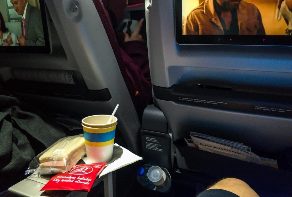 Snack a mitad de vuelo a bordo de la Turista Premium de LEVEL.