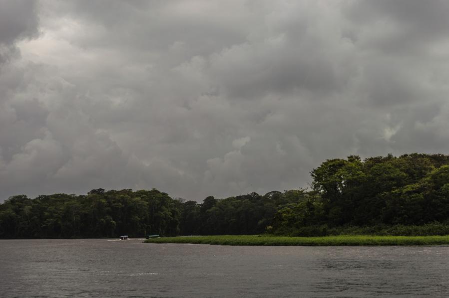 Barcas y tormenta en Tortuguero