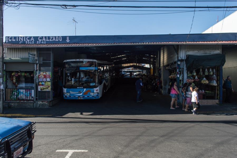 Parada de autobús en Alajuela, Costa Rica