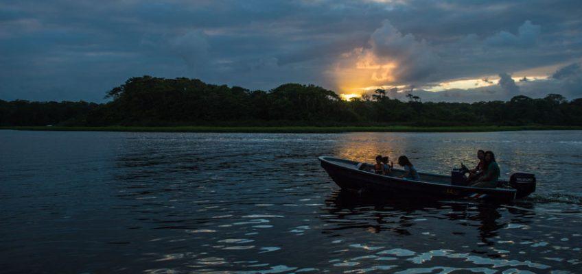 Moverse por Tortuguero en barca, Costa Rica