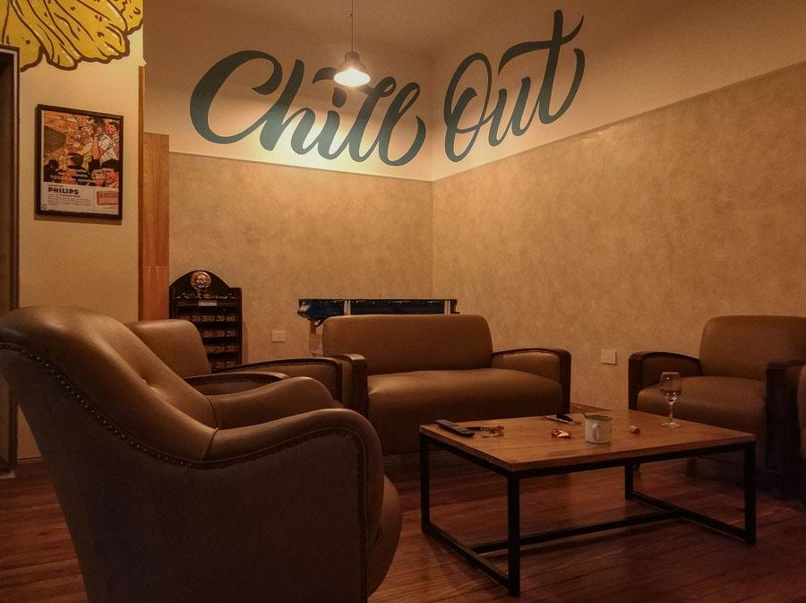 El Che Hostel incluye varias zonas comunes, como esta sala de lectura