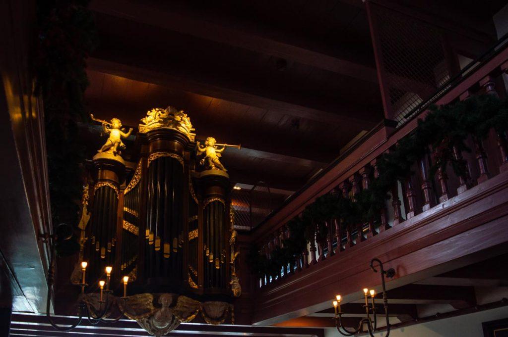 Como buena iglesia, no puede faltar un gran órgano. La única condición para poder reunirse alrededor del culto, es que no se perciviese desde fuera y que fuese en privado.