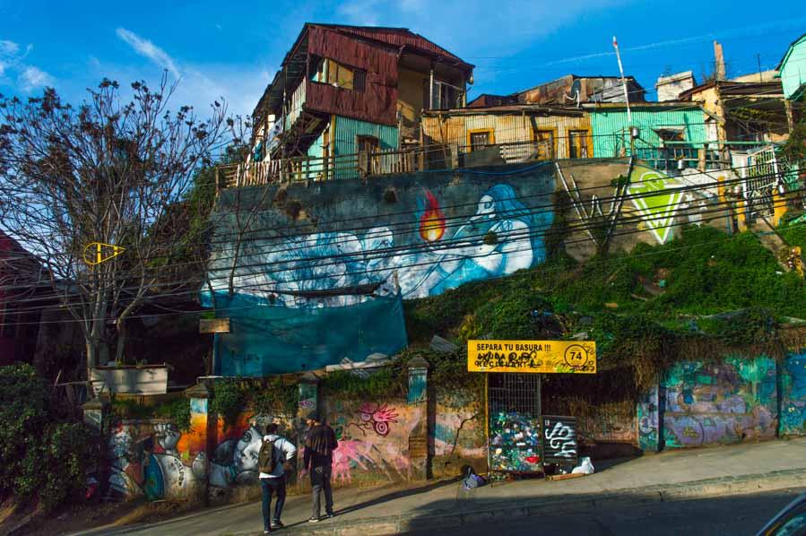 Artistas trabajando en murales en Valparíso
