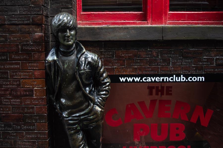 Escultura de John Lennon en el exterior de The Cavern.