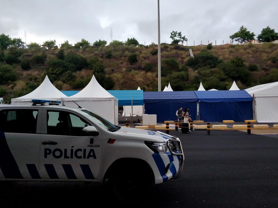 La policía custodia las llegadas de los aeropuertos de las Azores durante la pandemia de la COVID 19