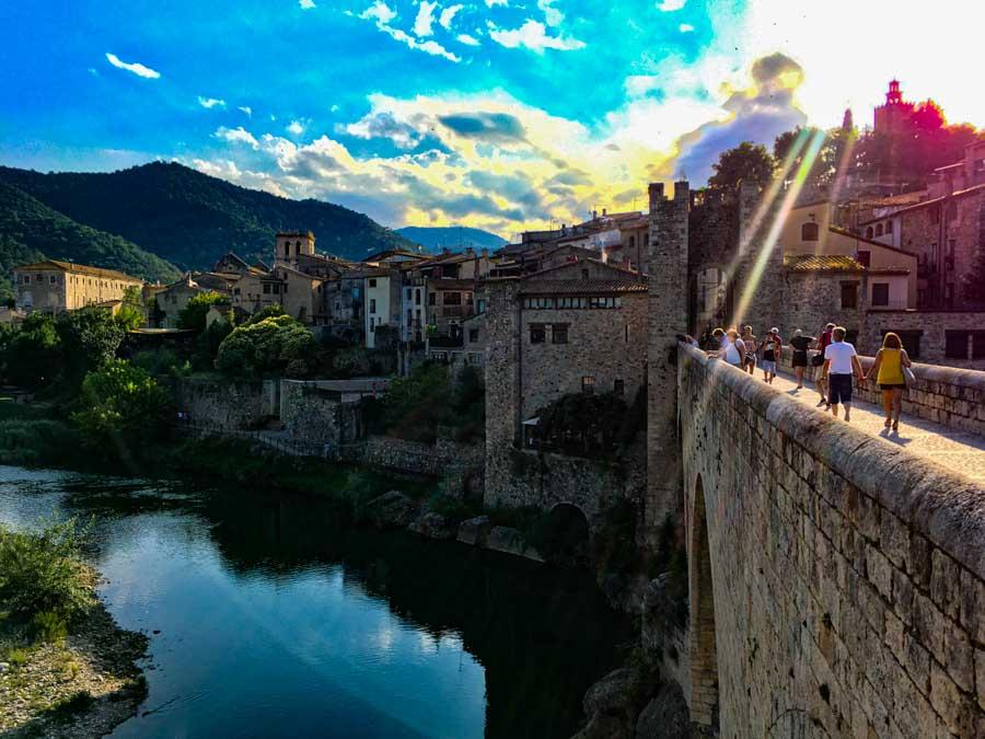 Las vistas al río Fluvià son constantes en Besalú