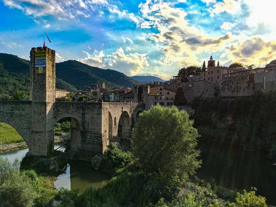 Tu visita a Besalú no podrá obviar su puente medieval